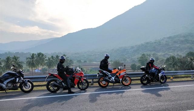 Traja motorkári stoja na diaľnici, foto.jpg