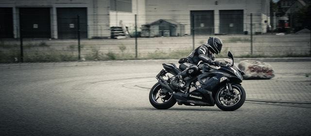 Jazdec na motorke, Kawasaki, čierna farba.jpg