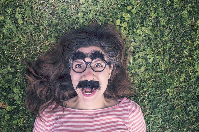 Žena, maska, šťastný výraz.jpg