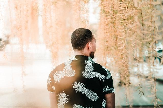Muž s čiernym tričkom, ananásové vzory