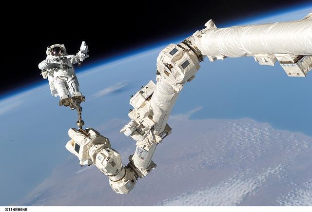 Astronaut vo vesmíre.jpg