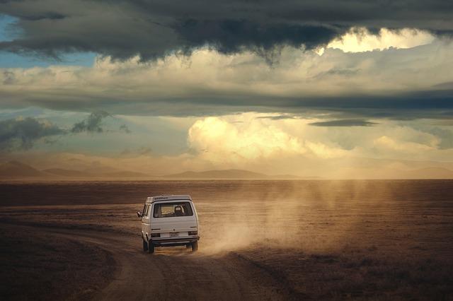 auto na poľnej ceste.jpg