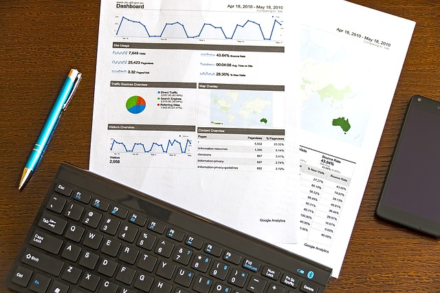 Analýza, štatistiky, internetový marketing, klávesnica, papiere.jpg