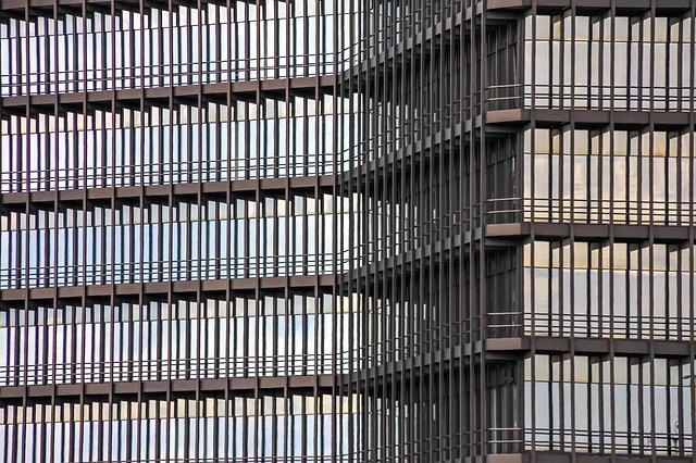 Hliníková fasáda s oknami v pozadí.jpg